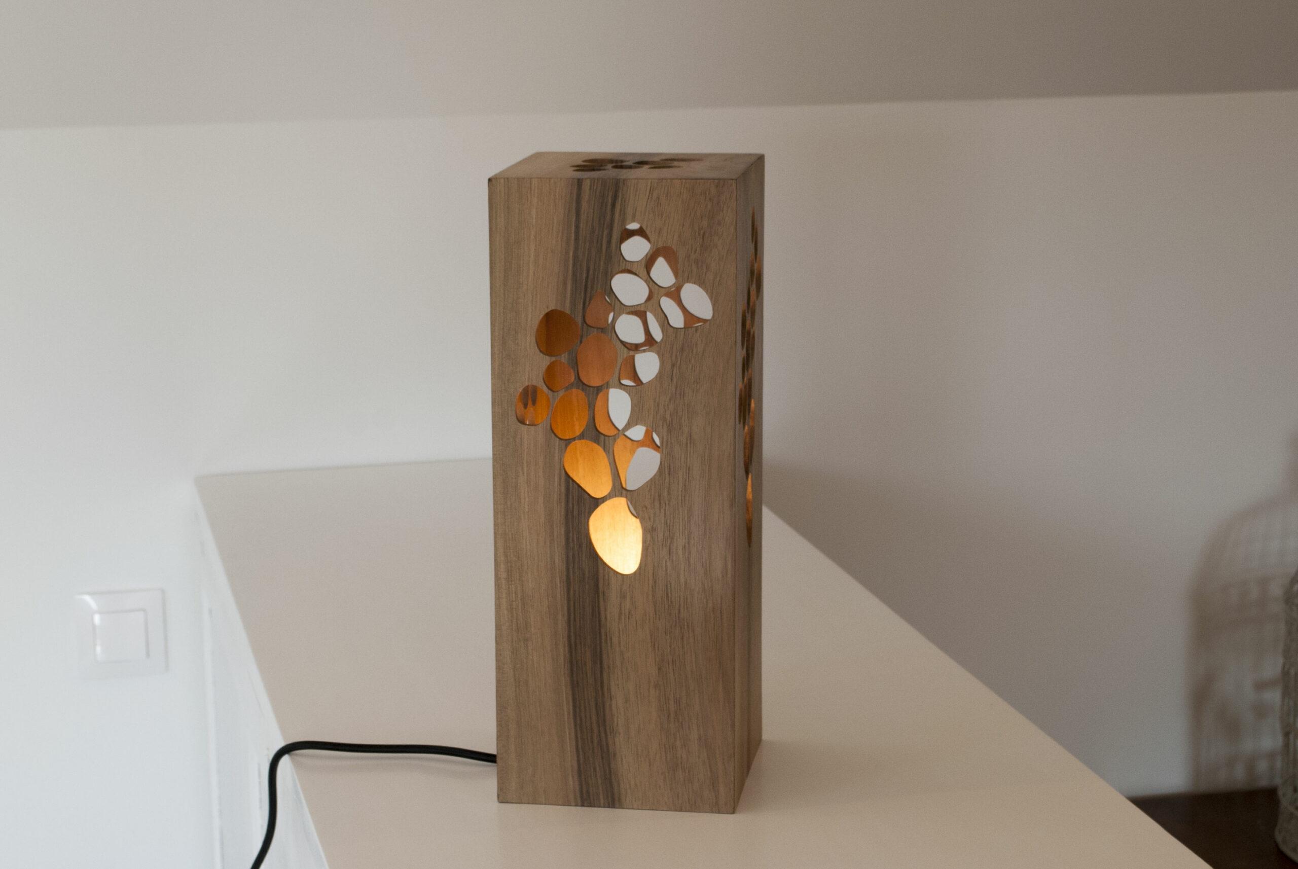 Lampe à poser design en bois de noyer - Fab-Fabrik